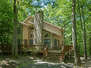 Delightful 3 Bedroom Mountain home with hot tub in private wooded setting!