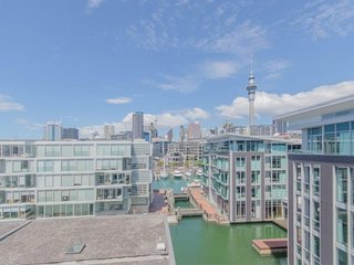 Sunny 5th floor Apartment with Views of Auckland City in Lighter Quay Complex