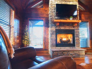 Cozy 1BR/1B Log Cabin, Pine Creek Lake area situated in beautiful hardwoods