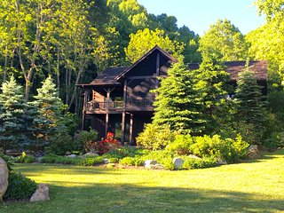 Luxury streamside cabin, 400 acre conservancy, hiking trails, stunning views.