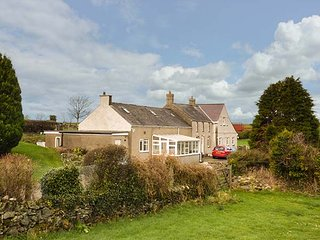 SIMDDA WEN COTTAGE, open fire, ground floor bedroom and bathroom, lawned, Llanddona
