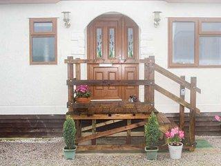 THE VIEW delightful bungalow, en-suite, enclosed garden, sea views, Hartland