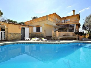 Villa with 5 bedrooms, 5 bathrooms, private pool and garden in Tolleric. WIFI.