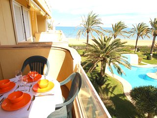 BEACHFRONT APARTMENT WITH SEA VIEWS. WIFI. REF: LAS BRISAS 05