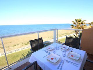 BEACHFRONT PENTHOUSE WITH SEA VIEWS. WIFI. REF: MIRADOR AL MAR 07