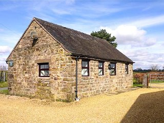 SWALLOW COTTAGE, romantic cottage, countryside views, pet-friendly, WiFi, in Winkhill, Waterhouses, Ref 921495