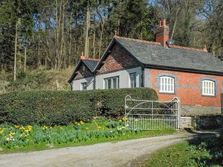 BRYN GWALIA LODGE, detached former lodge house, all ground floor, woodburner, en-suites, in Llangedwyn, Ref 933762