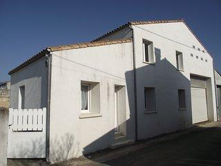à 12 Km de ROYAN, de ses plages, endroit calme,185 m2, 7 piéces, 4 chambres, Saujon