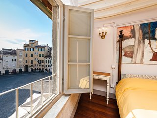 Rooftop apartment with impressive view overlooks the Anfiteatro Square. 5 people