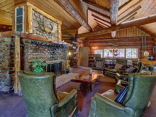Rustic, dog-friendly mountainview retreat - close to town, lake, and skiing