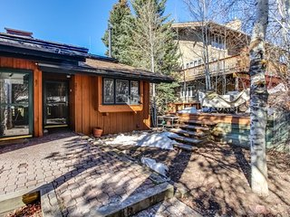 Multi-level townhouse w/ private hot tub & sauna & shared seasonal pool!