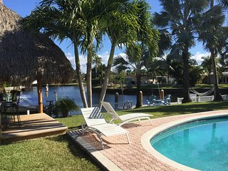 Super Paradise Waterfront near Beaches Heated Pool Tiki-Bar Palmgarden Boat-dock
