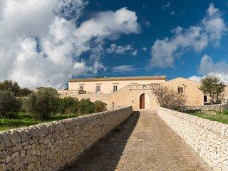 Scifazzo, tipica villa siciliana con piscina