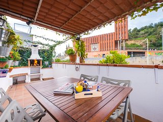 Attic,  2 bedrooms, terrace and barbecue, Park Güell, next to metro line Barce, Barcellona