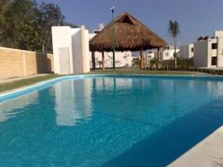 Casa con piscina en privada con seguridad