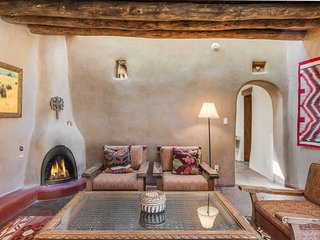 Hacienda Rose - East Side Adobe, Historic Home with Beautiful Grounds