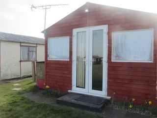 Holiday Chalet, Leysdown on Sea, Sleep 6 -  kid/pet friendly - distant sea view