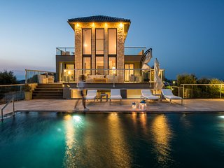4 bedroom luxurious villa with stunning views to the sea