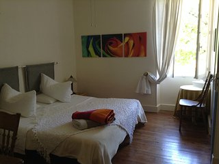 King bed, Private bedroom in owners home, ensuite WC shower petit dej' inclusif.