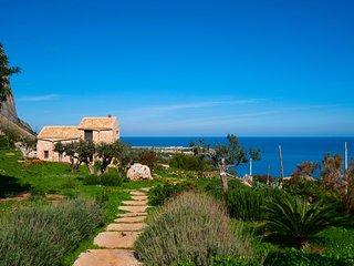 Antica villa in pietra con vista sul mare