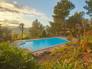Can Orange. Beautiful villa situated on top of a hill. Located 1 minute walk Sa, Sant Carles de Peralta