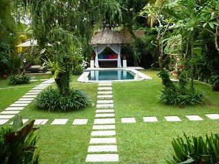Villa Poppy - 3 Bedroom Pool Villa in Seminyak