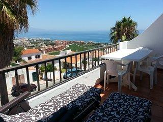 Magnfico apartamento con vistas al mar y a la montaña.