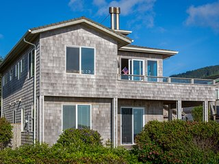 Stunning Ocean Front , Pet Friendly, 3 bedroom with Private Hot Tub., Yachats