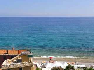 Olive beach, terrace with stunning sea view, Varigotti
