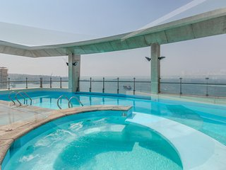 Upper-level apt. with shared rooftop pool - stunning city & ocean views!