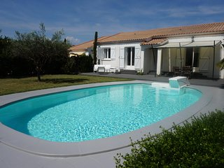 Beautiful Villa with lovely pool just 25mins from Mediterranean coast & beaches, St Geniès de Fontédit