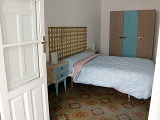 HABITACIÓN PRINCIPAL. Cama de 1,35, armario, cómoda y terraza con escritorio y butaca.