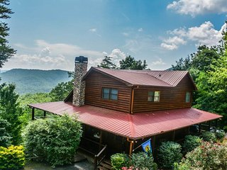 BEAR NECESSITIES- 5BR/3BA- LUXURY CABIN SLEEPS 14, GORGEOUS MOUNTAIN VIEWS, INDOOR AND OUTDOOR FIREPLACES, POOL TABLE, PING PONG, WIFI, HOT TUB! STARTING AT $300 A NIGHT!, Blue Ridge