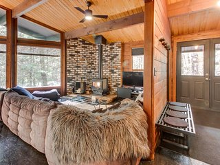 Unique and stylish home w/ hot tub, deck, shared pool, firepit & forest views!, Rhododendron