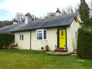 6 TREGERDDI, semi-detached, enclosed garden, woodburner, WiFi, nr Llanidloes, Caersws