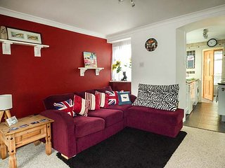 GREENWICH COTTAGES, mid-terrace, coastal, ground floor bedroom, in St Dennis, Re