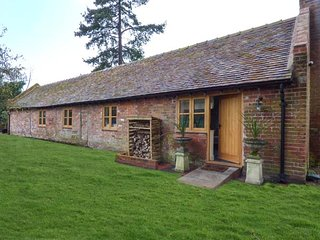 THE BOTHY, stunning ground floor cottage, woodburner, patio, in Meeson, Ref