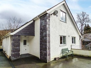 TY COCH, pet-friendly, lawned garden, fantastic base for Snowdon, Ref 949178, Llanberis