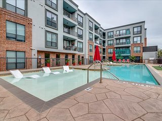 Large 2 BR w/ Full Amenities! Walk to it All- Book Now! 3TB2ABZC
