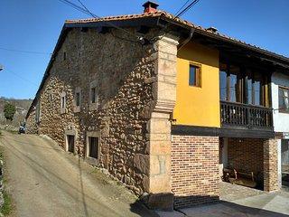 Fachada y frente de la casa. Vista desde calle de acceso.