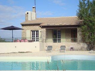 maison typique avec piscine