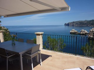 Sea front cottage with stunning views, peaceful, romantic and cosy. Sleeps 6., Deià