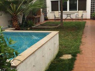 Casa preciosa con chimenea, barbacoa i pequena piscina en Poblenou del Delta