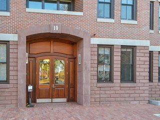 Lovely South End condo blocks from restaurants, Boston Medical Center & more!