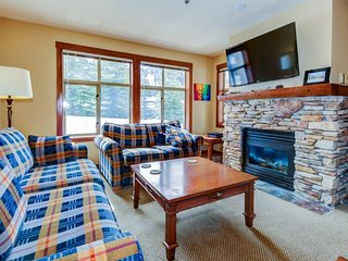 Ski-in/ski-out Powderhorn condo with shared hot tubs, a pool & gym!
