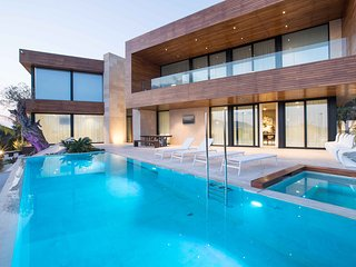 Luxury 6 Bedroom Villa in Cap Martinet with Private Club
