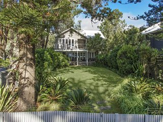 Modern luxury home opposite beach, Pearl Beach