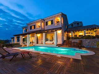 New Luxury villa with pool