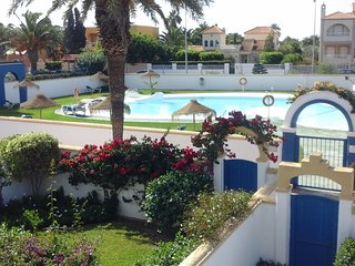 El Minarete, shared pool, close to beach, bars,shops, restaurants free wi fi, Roquetas de Mar