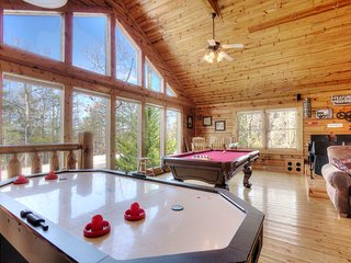 """A Mountain Paradise"" 3BR+Theater Room Pigeon Forge Cabin w/Hot Tub!"